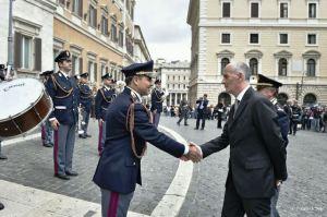 Il Maestro della Fanfara della Polizia di Stato saluta il Capo della Polizia Pref. Gabrielli