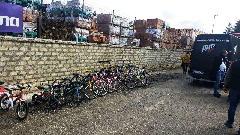 Amatrice, una delegazione della CONSAP di Roma, della CONSAP di Rieti e il Negozio Pro-Bike sul luogo del sisma, donate 15 biciclette e accessori da bambino presso la palestra comunale alla presenza del Sindaco Sergio Pirozzi