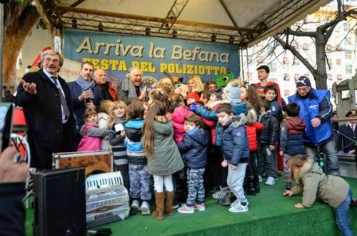 Lando Buzzanca, Patrizia Pellegrino, Francesca Della Valle in festa con i bambini sul palco della kermesse