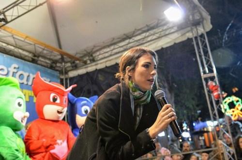 Michelle Carpente di Ben 10 di Boing TV sul palco con i Super Pigiamini saluta il pubblico